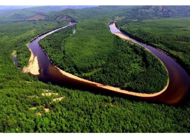 黄绿相间的山林,纯净的小河,一切美得都像一幅刚画完的风景画.