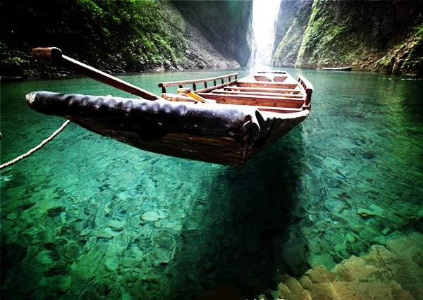 屏山峡谷位于恩施的鹤峰县,与湖南省张家界毗邻,是巴文化发祥地之一.